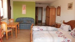 Zimmersafe, individuell dekoriert, Schreibtisch, Bügeleisen/Bügelbrett