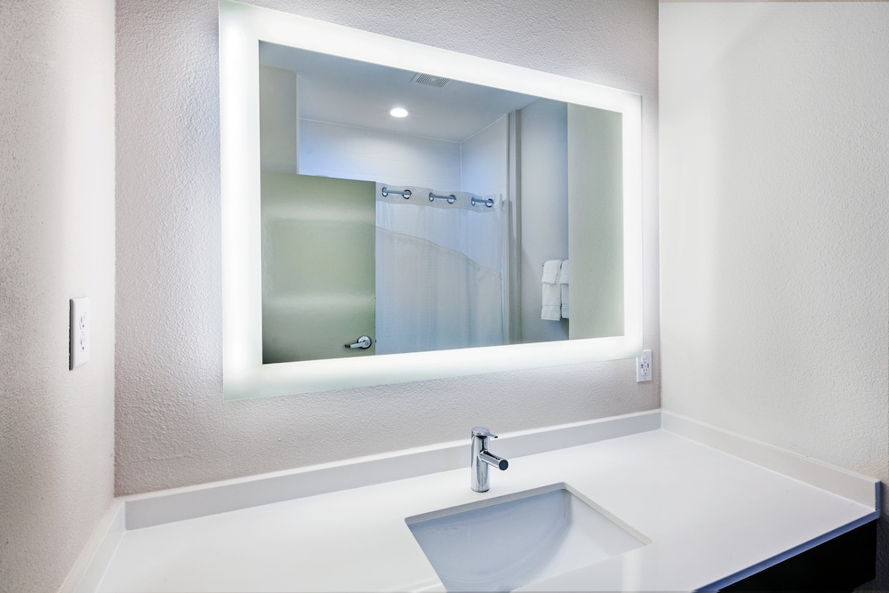 Bathroom, Holiday Inn Express & Suites Port Lavaca