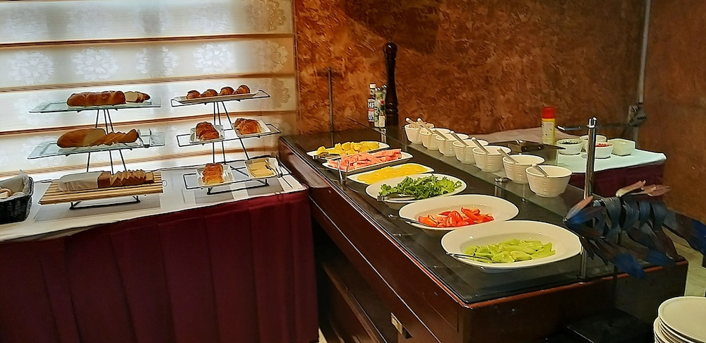 Breakfast buffet, Victoria Crown Plaza Hotel
