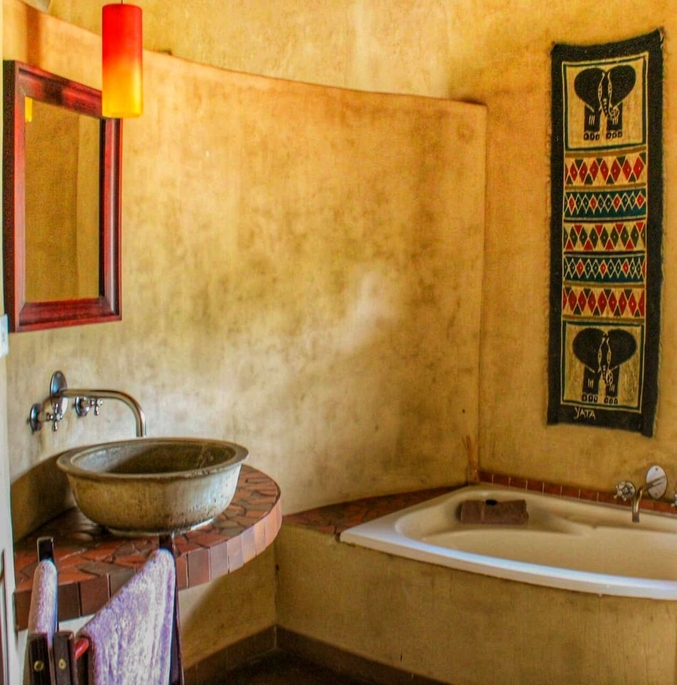 Bathroom, AmaZulu Lodge