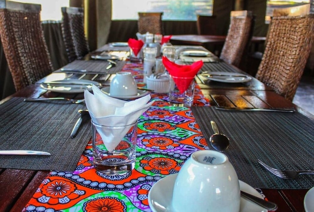 Dining, AmaZulu Lodge