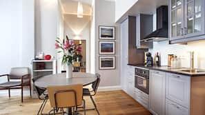Een koelkast, een magnetron, een kookplaat, een espressoapparaat
