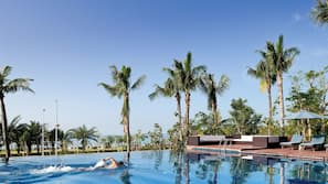 4 outdoor pools, free pool cabanas, pool loungers