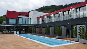 Una piscina al aire libre de temporada (de 10:30 a 20:00), tumbonas
