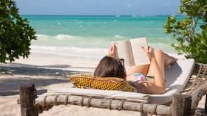 Privatstrand, weißer Sandstrand, Liegestühle, Strandtücher
