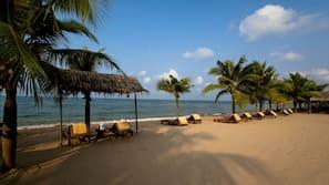靠近海滩、沙滩椅、沙滩毛巾、海滩按摩