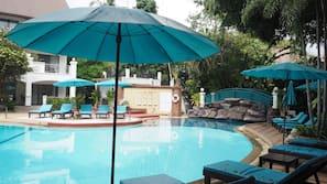 สระว่ายน้ำกลางแจ้ง, เก้าอี้อาบแดดริมสระ