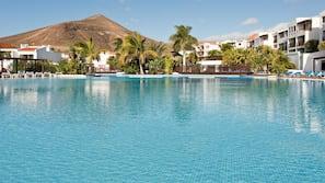 4 piscinas al aire libre, una piscina en la azotea, tumbonas