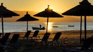Aan het strand, cabana's (toeslag), ligstoelen aan het strand, parasols