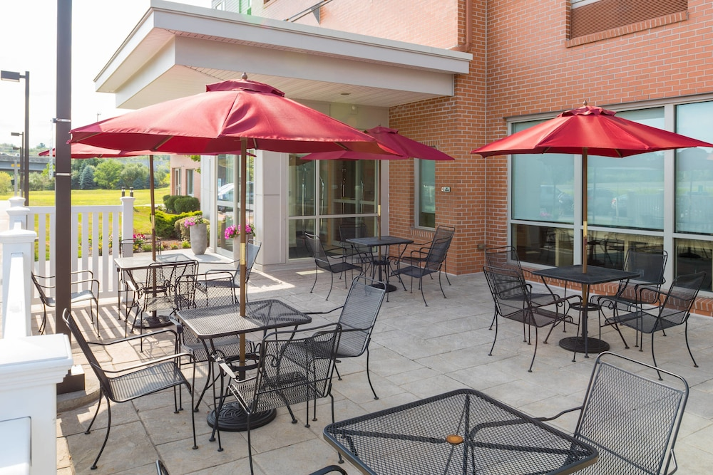BBQ/Picnic Area, TownePlace Suites Providence North Kingstown