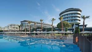 Een binnenzwembad, 6 buitenzwembaden, parasols voor strand/zwembad