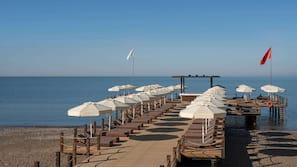 Een privéstrand, een gratis shuttleservice van/naar het strand