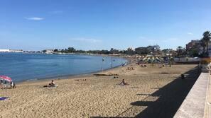 Una spiaggia nelle vicinanze, sabbia bianca, un bar sulla spiaggia