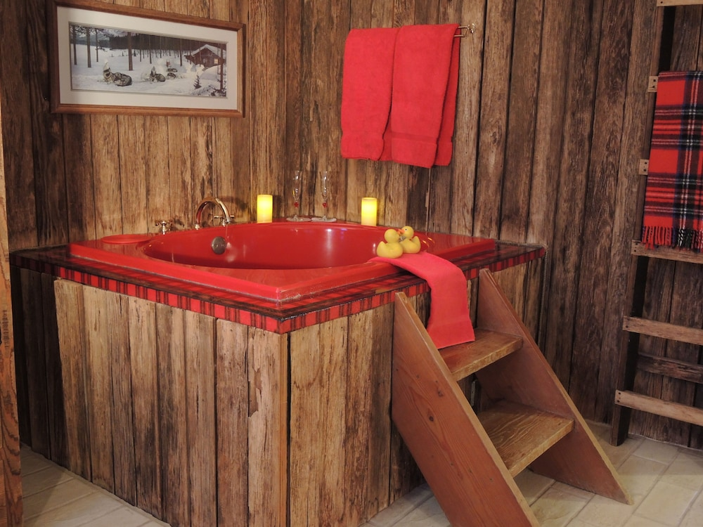 Jetted Tub, Romantic RiverSong Inn