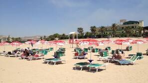 Spiaggia privata, sabbia bianca, lettini da mare, ombrelloni