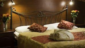 Ylelliset vuodevaatteet, minibaari, tallelokero huoneessa, työpöytä