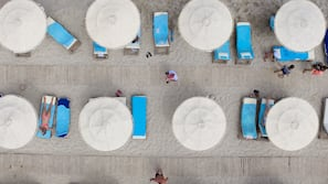 Chaises longues, parasols, serviettes de plage, beach-volley