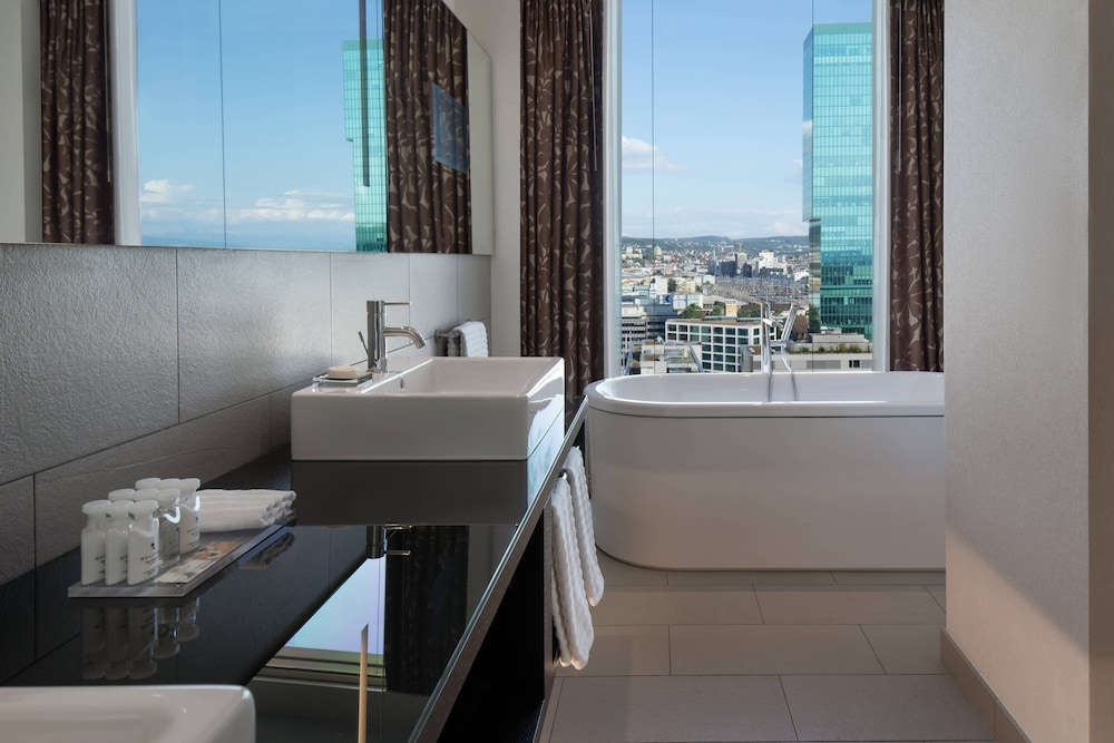 Bathroom, Renaissance Zürich Tower Hotel