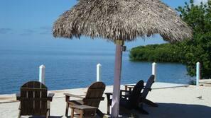 Privatstrand in der Nähe, Sonnenschirme, Motorbootfahrt