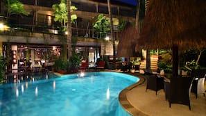 2 kolam renang outdoor, dengan payung kolam renang dan kursi berjemur