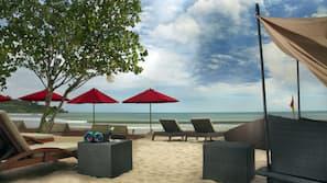 Pantai di sekitar, pasir putih, dan antar-jemput gratis ke pantai