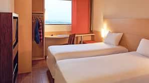 Escritorio, cortinas opacas, wifi gratis y ropa de cama