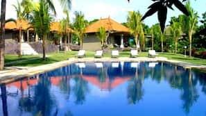 2 개의 야외 수영장