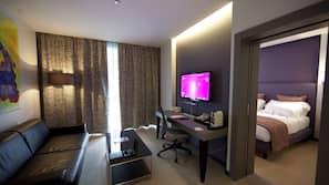 Minibar, caja fuerte, mobiliario individual y escritorio