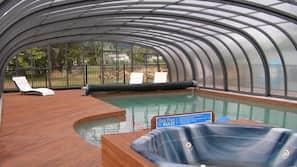 室内游泳池,室外游泳池,08:00 至 21:30 开放,日光浴躺椅