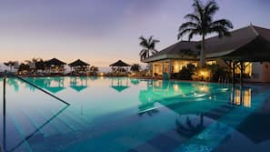Piscine couverte, 3 piscines extérieures, tentes de plage