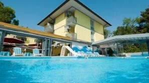 Piscina coperta, piscina all'aperto, ombrelloni da piscina