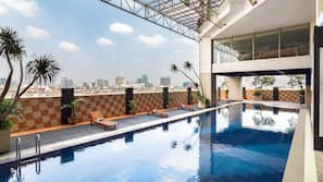 Kolam renang indoor dan kolam renang outdoor
