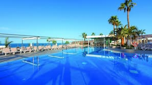 2 utendørsbassenger, bassengparasoller og solsenger
