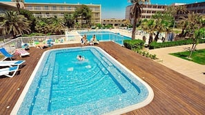 5 outdoor pools, open 9:30 AM to 7:30 PM, pool umbrellas, pool loungers