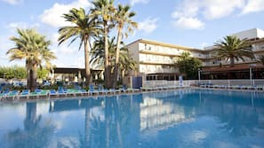 5 piscinas al aire libre (de 9:30 a 19:30), sombrillas, tumbonas