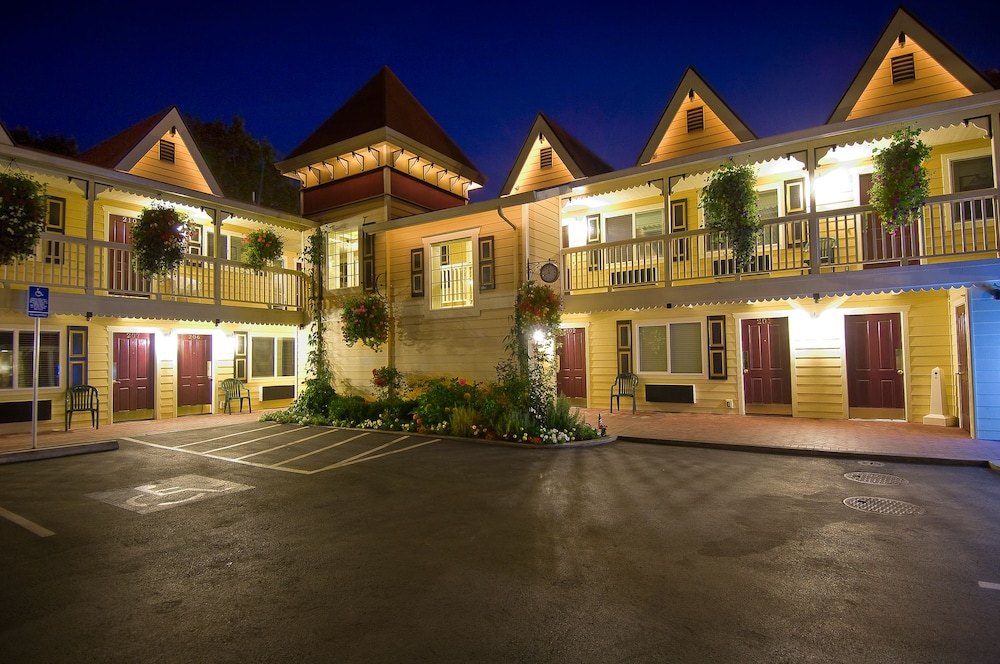 Front of Property - Evening/Night, Silverton Inn & Suites
