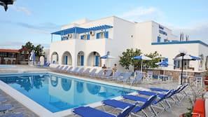 Una piscina al aire libre de temporada (de 9:00 a 21:00), sombrillas
