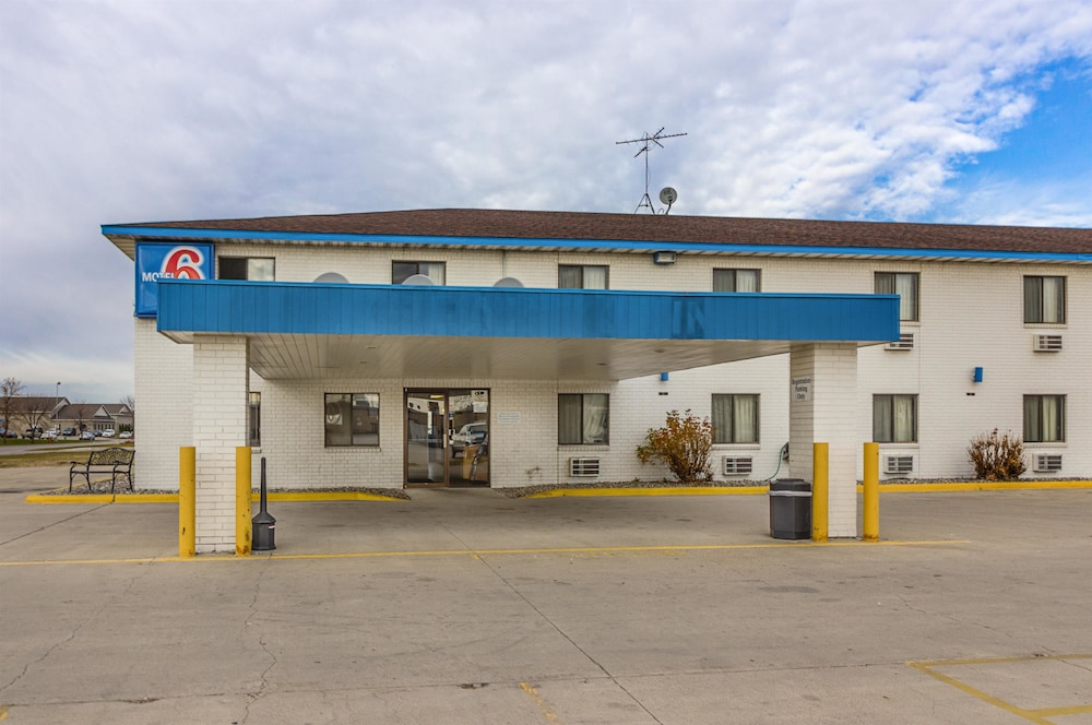 Front of Property, Motel 6 Fargo, ND - South