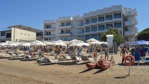Privat strand, gratis strandtelt, solsenger og parasoller