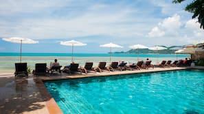 Hồ bơi ngoài trời, dù/ô trên bãi biển/hồ bơi, ghế dài tắm nắng