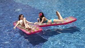 室外泳池;躺椅、場內有救生員當值