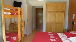 Mobiliario individual, escritorio, cortinas opacas