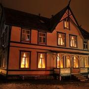 Boendets framsida - kväll/natt