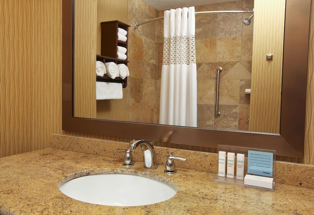 Bathroom, Hampton Inn & Suites by Hilton Fargo Medical Center