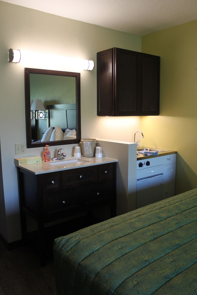 Private Kitchenette, Parkwood Lodge - Door County