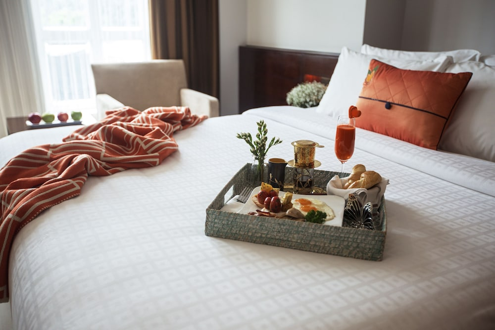guestroom guestroom guestroom room service dining room service dining