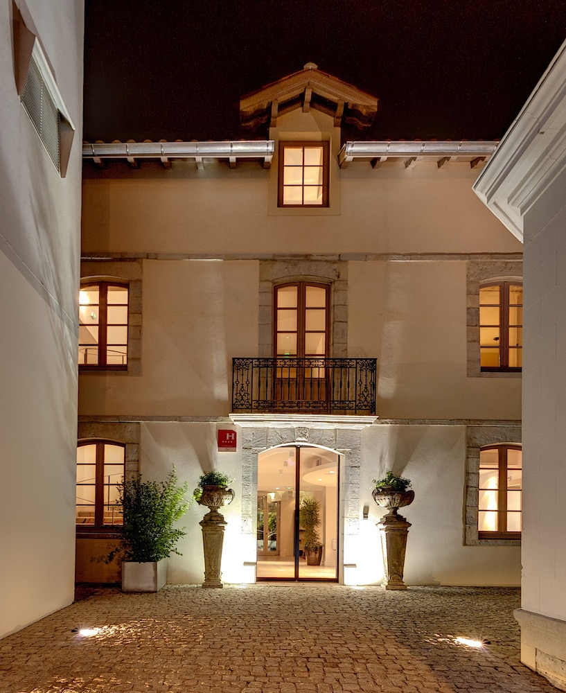 Front of Property - Evening/Night, Hotel de Silhouette