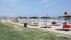 Ubicación a pie de playa, tumbonas, sombrillas y masajes en la playa