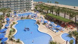Piscine couverte, 4 piscines extérieures, parasols de plage