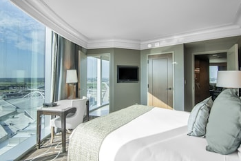 Luxury Suite, 1 King Bed, Corner - Guestroom